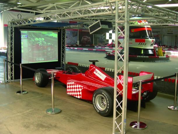Formel 1 Simulator inkl. einer riesigen Leinwand (Foto: Heidfeldracing)