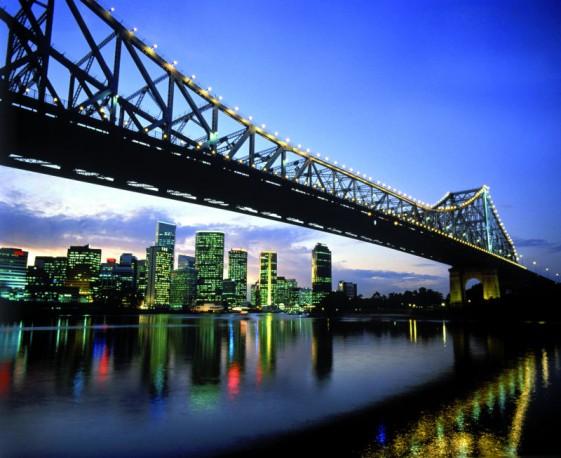 Abendstimmung  in Brisbane City, die Story Bridge wird nachts eindrucksvoll beleuchtet (Foto: images.australia.com)