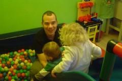 """Tagsüber spielt Axel Robert Müller gern mit seinen Kindern und geht montags sogar mit ihnen zum """"Mutter-Kind-Turnen"""""""