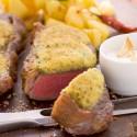 Rinderlende mit Zatarkruste auf Knoblauchsauce und Korianderkartoffeln