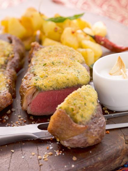 Alfons Schuhbeck – Rinderlende mit Zatarkruste auf Knoblauchsauce und Korianderkartoffeln