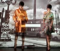 Großzügiger Mantel aus Polytaft in mandarin. Asymetrisches Jerseyoberteil, seitlich geschoppt im Mexicoprint. Rock aus Seidenchiffon im gleichen Druck. (© Blachnik)